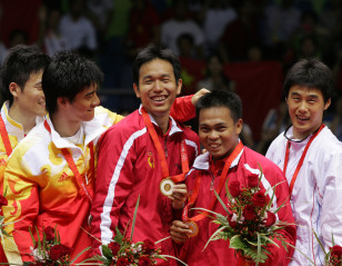 Cai Yun, Fu Haifeng Pay Tribute to 'Cannon' Kido